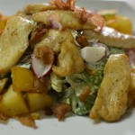 Теплый салат с курицей и редисом