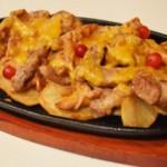 Горячая сковорода со свининой, лисичками и картофелем
