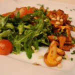 Салат с рукколой и лисичками