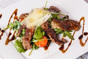 Салат с телятиной и рууколой